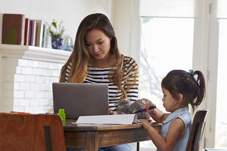 online student with daughter